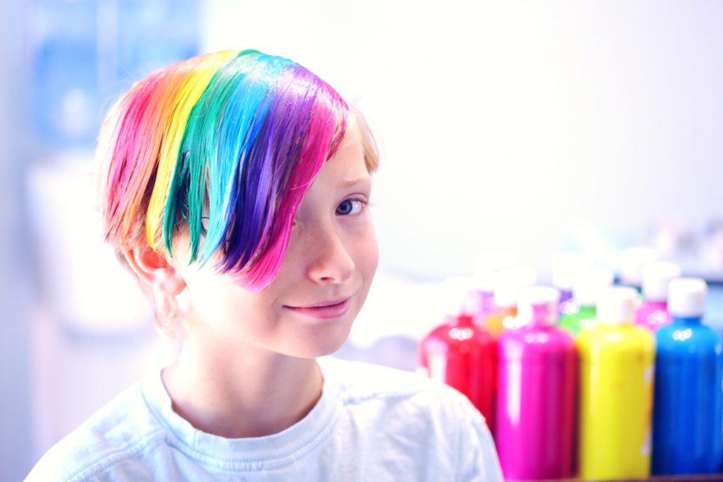 bambino con i colori dell'arcobaleno con indicatori di disforia di genere