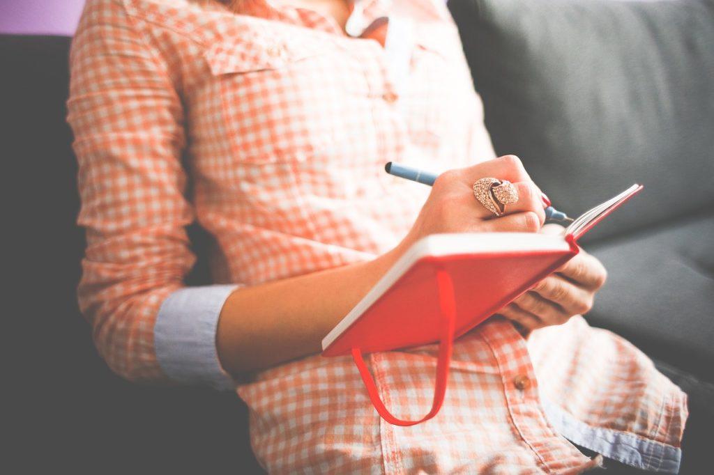 donna che scrive gli homework